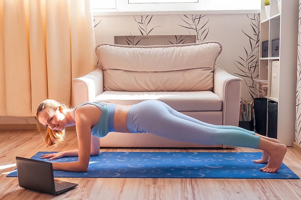 <p><em><strong>Динамичен планк</strong></em></p><p>Застанете в позиция планк, като опорната ви точка е на предмишниците, а краката са събрани. Бързо раздалечете краката си един от друг, след което бързо ги съберете.</p><ul><li>4 серии х 20 повторения</li></ul>