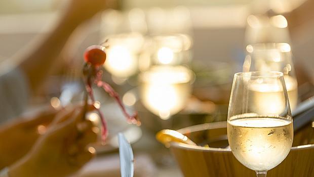 Джулай Морнинг в чаша вино