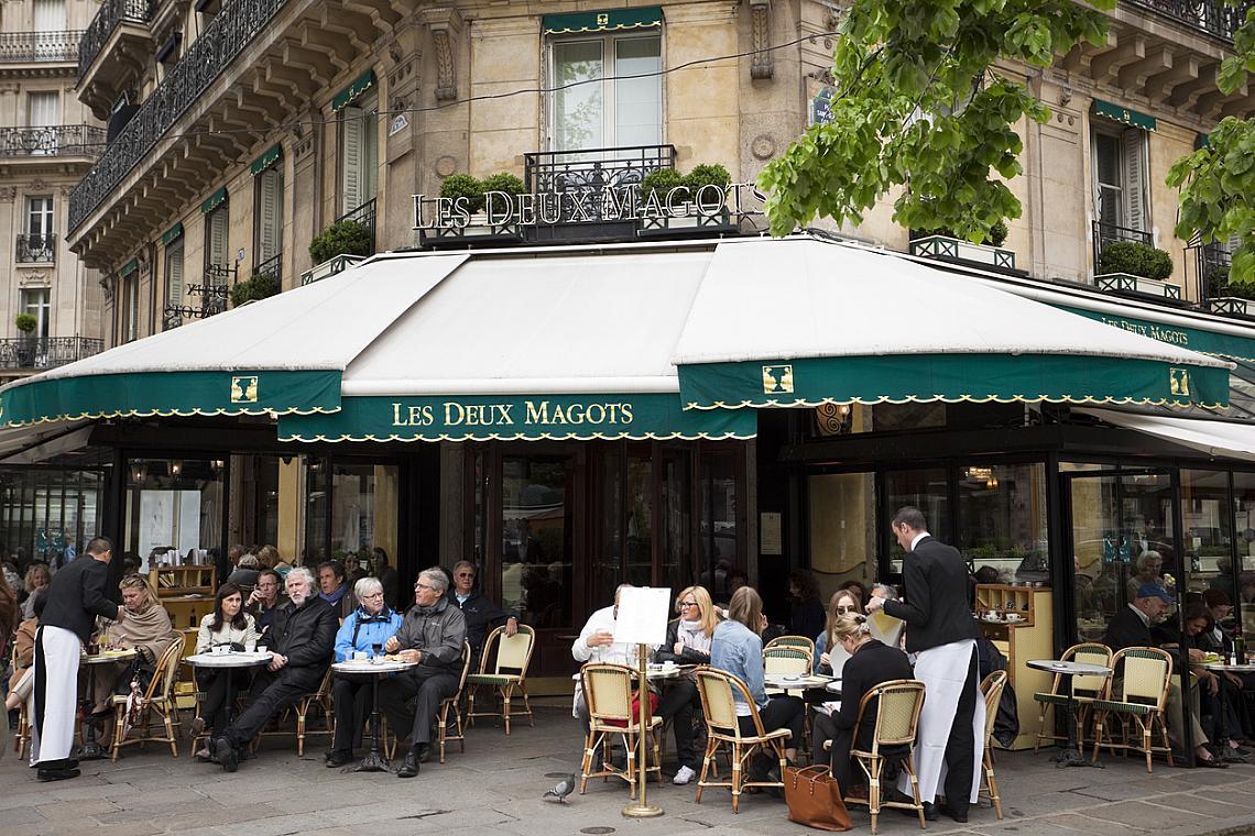 """LES DEUX MAGOTS  През 1933 г. тук е учредена наградата за литература Prix des Deux Magots като опит за разграничаване от прекалено академичната """"Гонкур"""". Мястото е сред любимите на Симон дьо Бовоар, Жан Жираду, Жан-Пол Сартр. Първият носител на този приз е поетът Реймон Кьоно, който е отличен за книгата си Le Chiendent. Адрес: 66 Place Saint-Germain-des-Prés"""