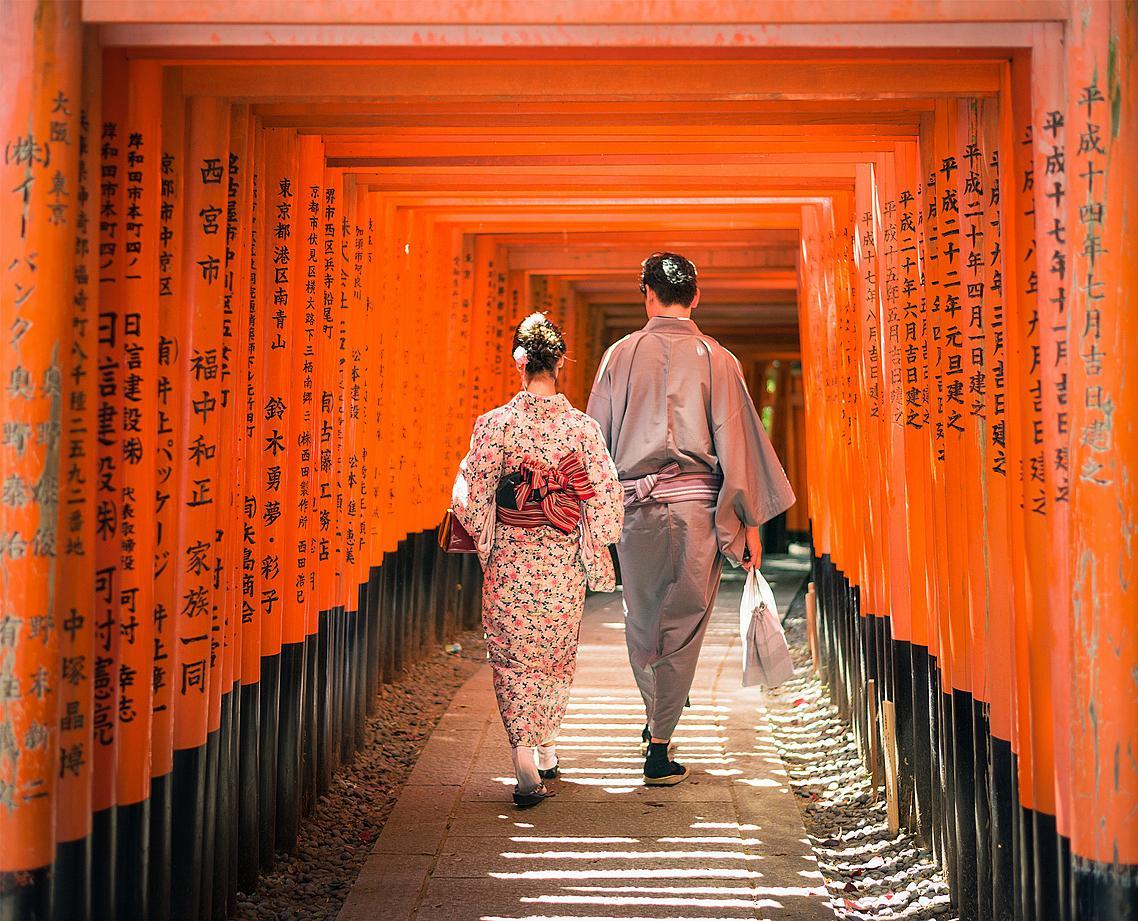 """Портите на шинтоисткото светилище """"Фушими Инари Тайша"""" (Инари е богът на плодородието, ориза и лисиците)."""