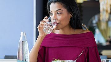 3 причини, поради които не трябва да пиете вода по време на хранене
