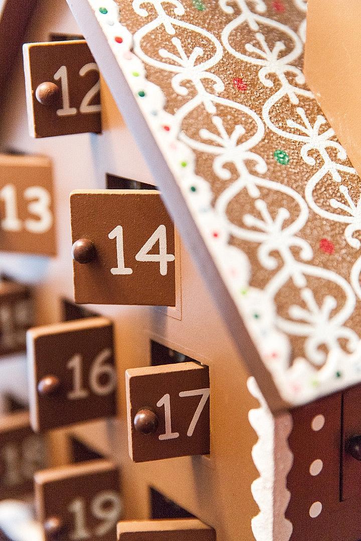 КОЛЕДЕН КАЛЕНДАР Всъщност, той е създаден от немските лутерани в края на XIX в. Интересен факт е, че според традицията, коледният календар не трябва да започва от 1 декември, а от първата неделя на коледните пости, което се пада някъде след средата на ноември. Вариантът с шоколадчета пък за първи път се появил в коледната брошура от 1910 г. на най-известния магазин в Лондон – Harrods.