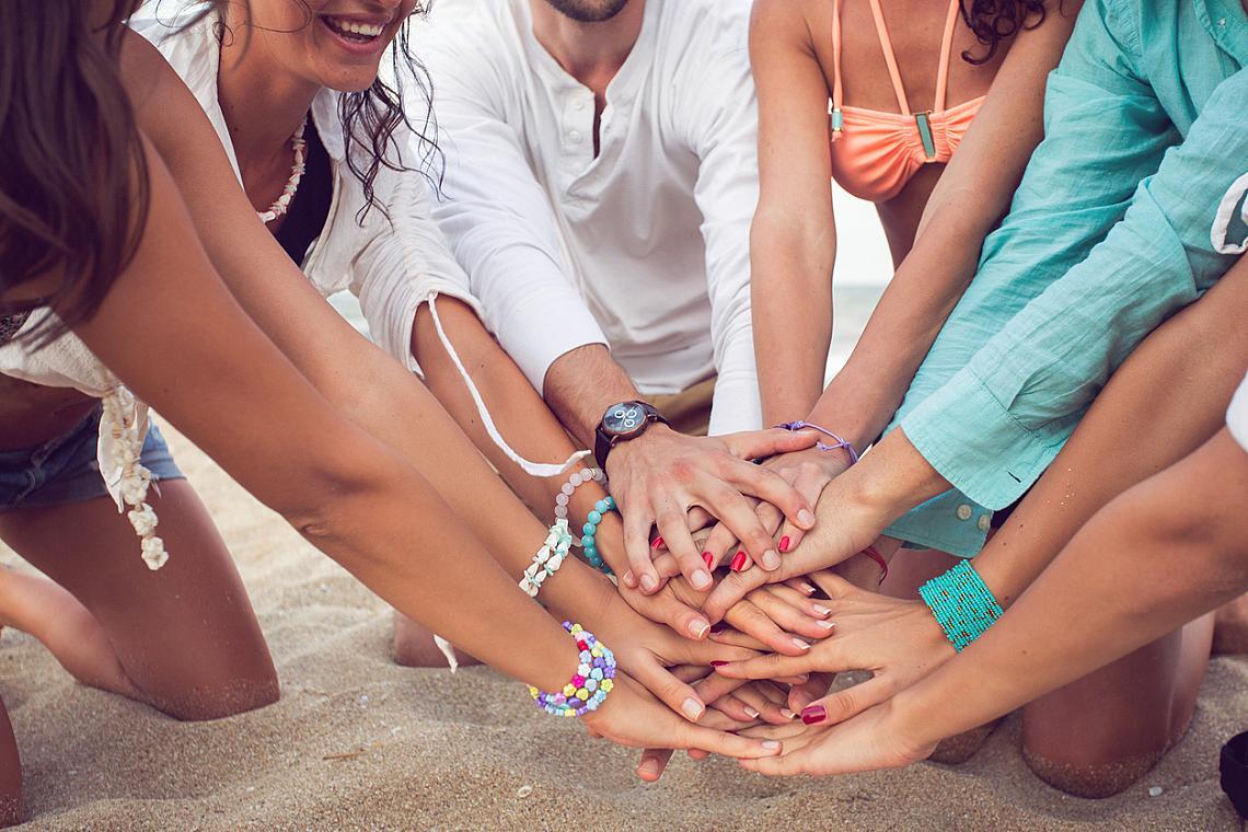 7. СОЦИАЛНИТЕ КОНТАКТИ, които зачестяват със затоплянето на времето навън, имат решаваща роля за постигането на вътрешна хармония – срещите с приятели, разказването на спомени, споделянето. Всичко това е хюга.