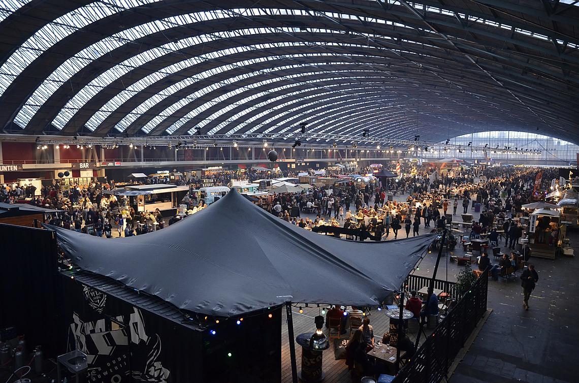 Известният пазар за обувки, който е типичен за Амстердам.