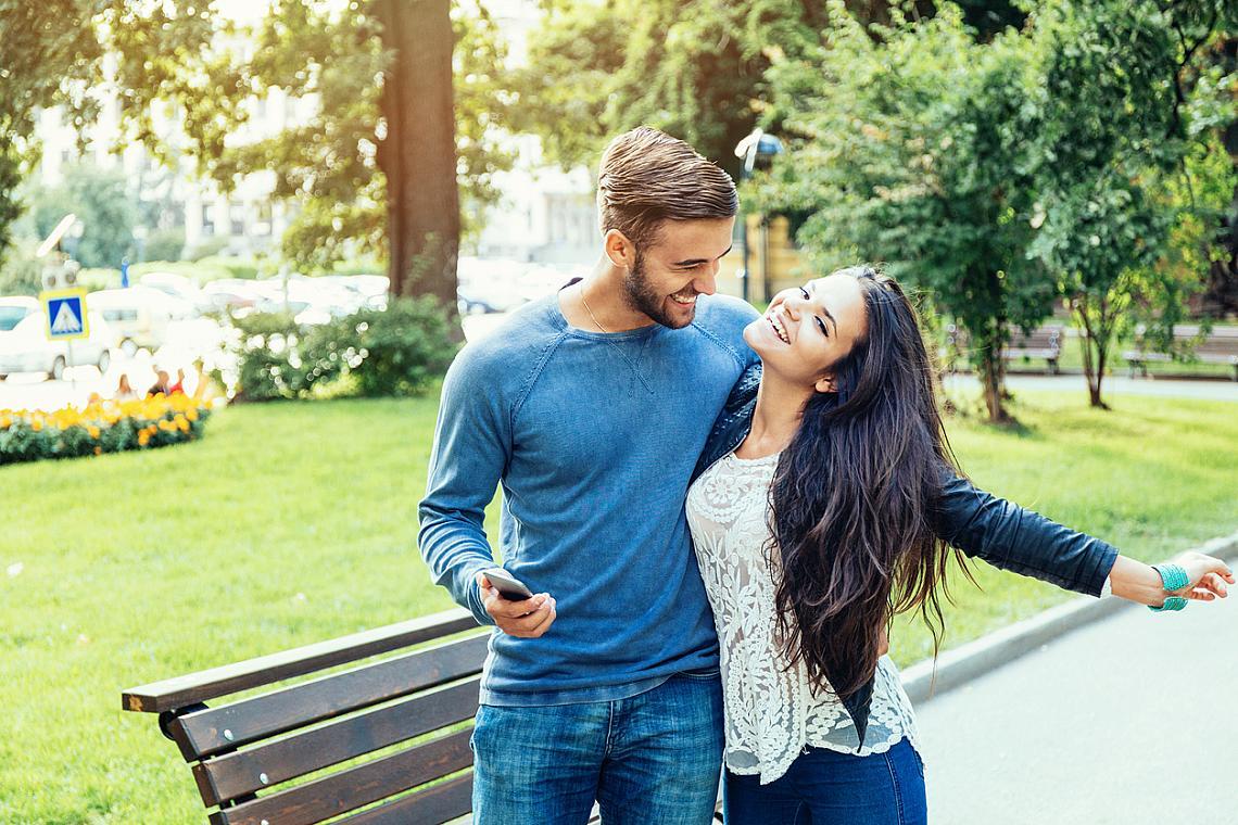 """ОТДАВАЙТЕ СЕ НА ЛЮБОВНИ ЛАСКИ / По време на сексуалния акт мозъкът е """"наводнен"""" от хормони с едновременно еуфоризиращ и успокояващ ефект. Дори и да няма секс, близостта между партньорите, нежното внимание, докосването с ръка могат да повишат настроението и оптимизма."""