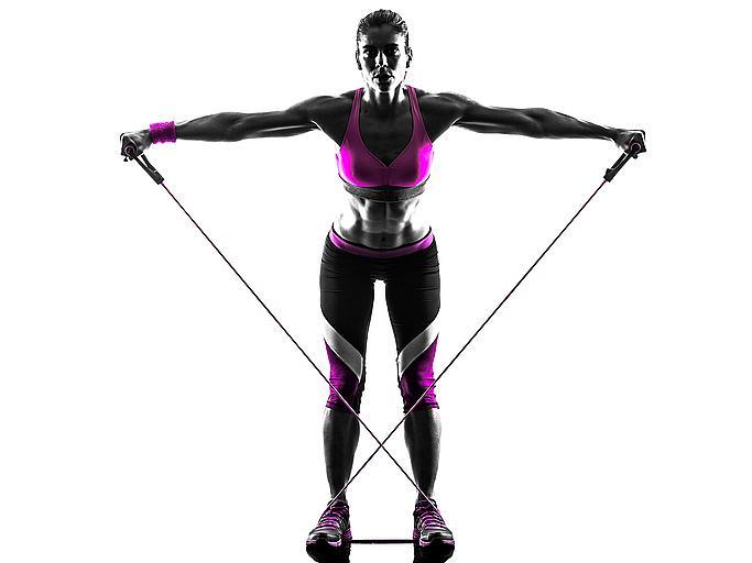 Ръце и гръб: в изправена позиция сте, краката са леко разкрачени до линията на раменете. Поставете ластика зад гърба и го дръжте с две ръце. Ръцете трябва да са свити в лактите, като едната е в позиция нагоре, а другата - надолу. Движете ръцете по диагонал, като разтягате ластика.