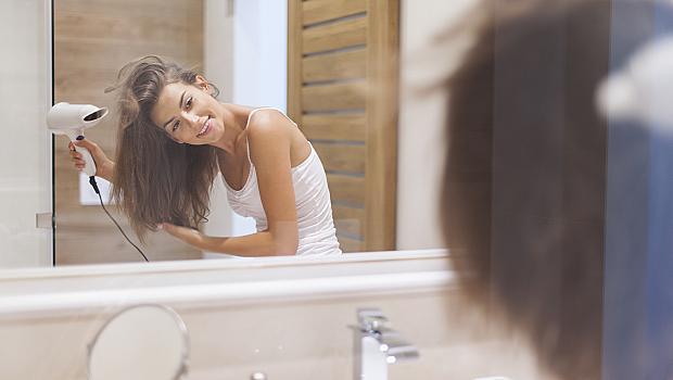 7 грешки, които всяка жена допуска, когато суши косата си