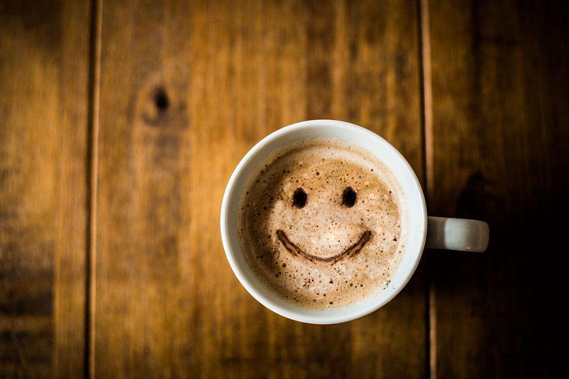 ... да пиете енергизиращи напитки вечер. Кофеинът, който се съдържа в кафето, шоколада и енергизиращите напитки, се задържа в организма в продължение на 3-5 часа, смущава циклите на съня и намалява общо продължителността му. Не консумирайте такива напитки след 16 часа. Освен че пречат на нощната почивка, те повишават риска от сърдечносъдови заболявания.
