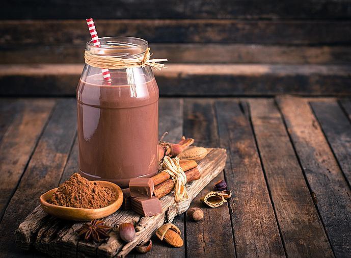 Мляко с какао – според скорошно проучване то е по-полезно и от водата и спортните напитки след тренировка. И причината за това е, че съдържа всичко, от което се нуждаете – въглехдрати и протеини за мускулите, вода за възстановяване на изгубените течности, както и калции и натрий. Разбира се, говорим за натурално какао, а не за подсладено.