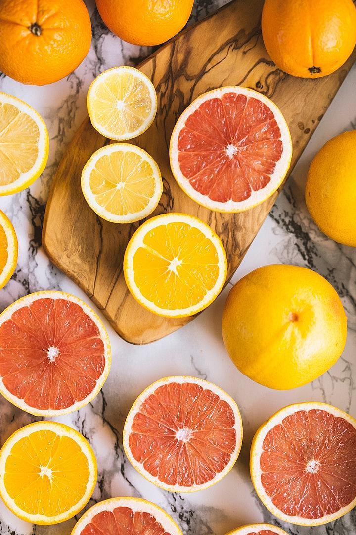 ЦИТРУСИ / Освен за новогодишното ухание на мандарини, не забравяйте и за портокали, грейпфрут и лимон. Те са изключителни помощници за поддържане на запаса от витамини през зимата. Цитрусите можем да консумираме освен сурови, също и за овкусяване на салати и меса.