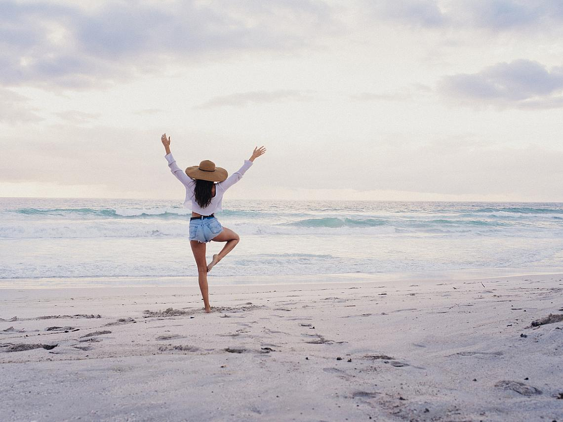 ПРИПОМНЯЙТЕ СИ ХУБАВИТЕ СПОМЕНИ / Изследванията показват, че връщането в съзнанието на хубавите спомени от детството, благоприятства оптимистичната визия за бъдещето. Дори и тези, които смятат, че животът им е низ от неприятни събития, могат да поровят в миналото си и да открият позитивни спомени – някоя лятна ваканция при братовчедите, изненада за рожден ден и т.н. В трудни моменти това упражнение помага да се разбере, че животът никога не е само черен.