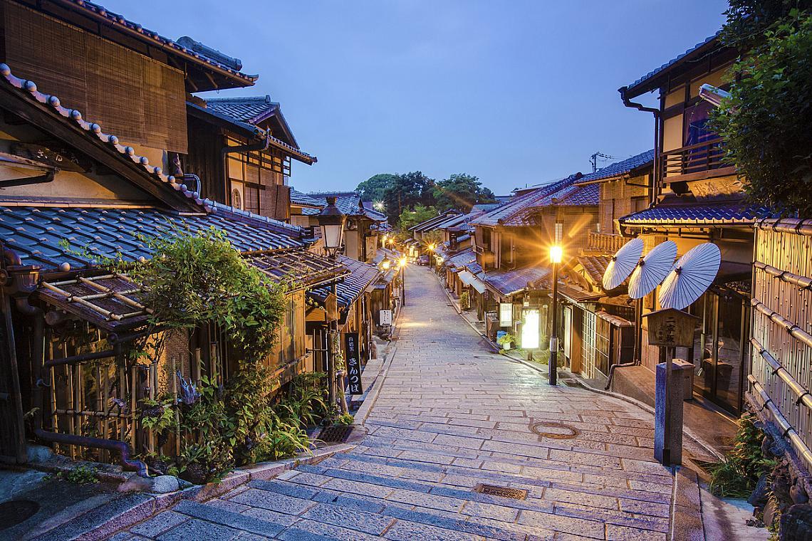 Традиционна японска улица, водаща към храма Кийомидзу-дера