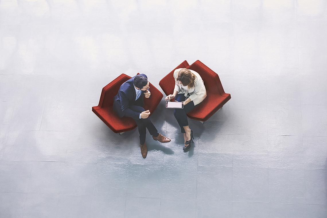 НАСРОЧЕТЕ МИНИ СРЕЩИ НА ЧЕТИРИ ОЧИ: Вместо да се впускате през глава към срещите с клиенти, големите събрания и още по-големия обем на служебната поща, направете импровизирани разговори на четири очи с колегите, които са ви замествали по съответните задачи.  Понякога 5-минутно обсъждане на крак в коридора ще ви спести изчитането на 5-дневна кореспонденция. А и така можете да разберете тънки моменти и ситуации, които са останали неизказани.  Ако работите дистанционно или като външен служител, е добра идея все пак да насрочите ориентировъчен час и за тези мини срещи, за да знаят останалите по кое време ще се явите в офиса. Обяд или кафе извън него също са вариант за наваксване в неформална обстановка.