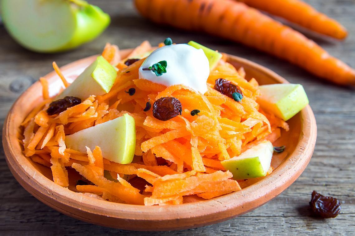 Втора закуска – морков и ябълка Настържете 1 морков и 1 ябълка, разбъркайте и овкусете с малко лимонов сок и мед. Около 100 калории