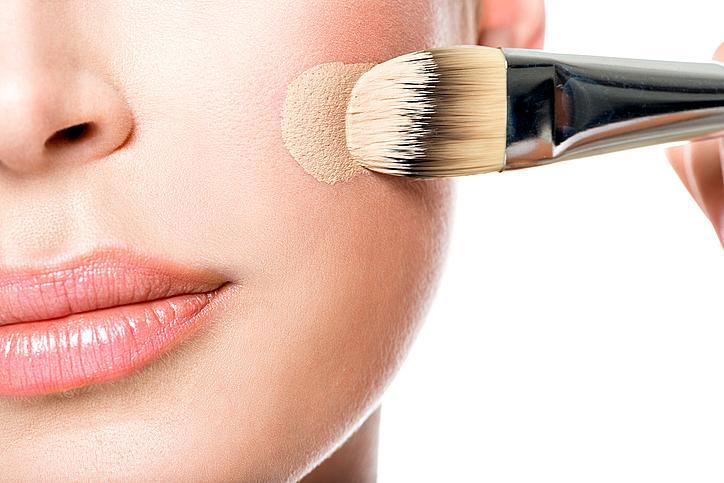 4. Използвайте лек фон дьо тен или тониран крем. Те са много лесни за разнасяне и придават по-естествен блясък на кожата. Нанесете допълнително продукт върху зоните, които имат нужда от по-плътно покритие.