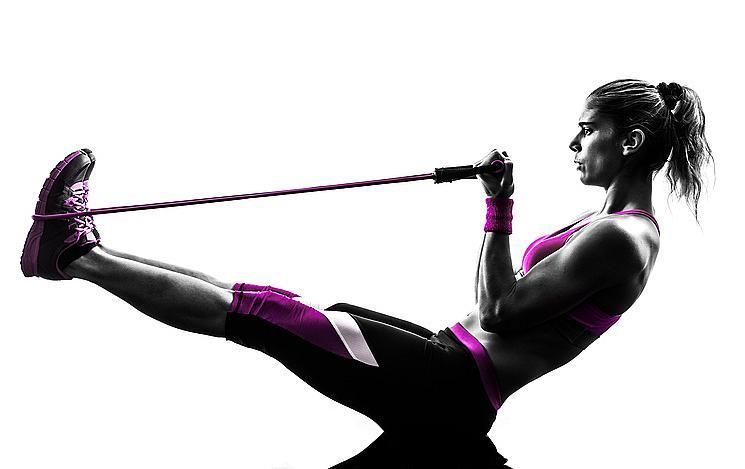 Гръден кош: легнете странично, като се опрете на единия крак. Другия повдигнете леко нагоре и поставете ластика на стъпалото. Хванете другия край на ластика и започнете да опъвате внимателно над главата и да връщате на височината на рамото.