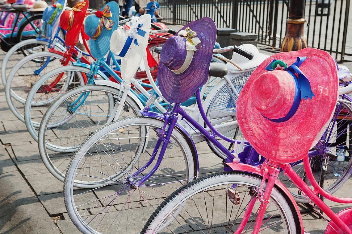 Всяка улица в Амтердам има велоалея. Също така за колелетата има специални светофари, пътни знаци и паркинги.