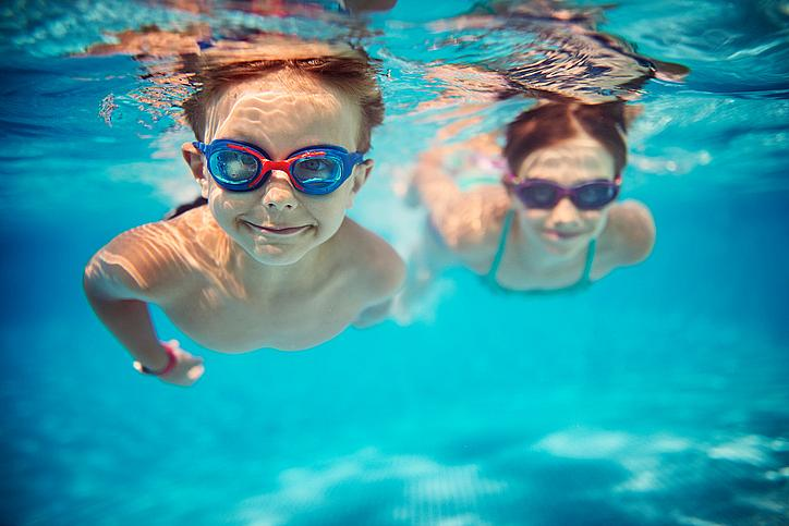 Плуване: подобрява обмяната на веществата, съня, апетита, прави по-устойчива нервната система, тренира дихателните органи и сърдечносъдовата система, заздравява мускулите, ставите, намалява натоварването върху гръбнака и оформя правилна стойка.  Препоръчителна възраст за старт: 9-10 години.