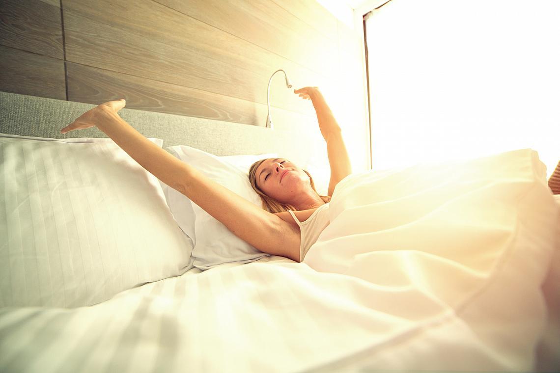 СПЕТЕ ДОСТАТЪЧНО / Недостатъчният сън води до умора и раздразнителност, а това не помага за един оптимистичен мироглед. Лягайте си в едни и същи часове, непосредствено преди това се занимавайте със спокойни дейности, за да подготвите атмосферата за пълноценна почивка.