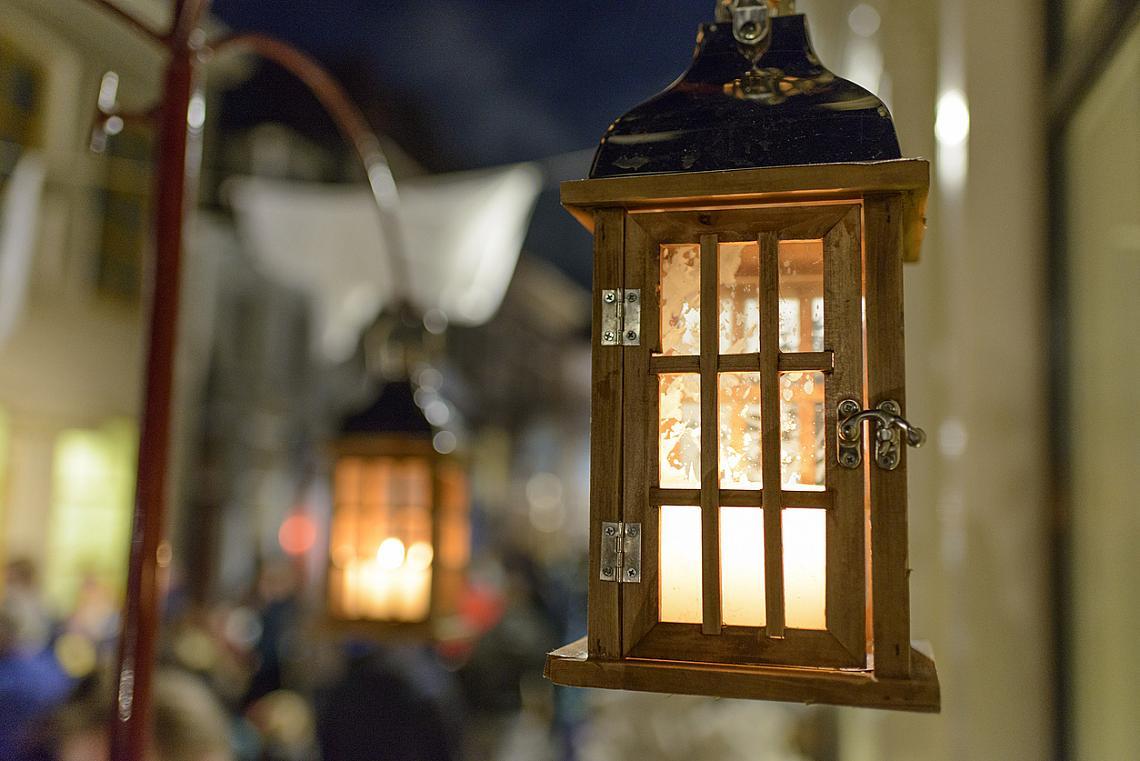 Уличното осветление угасва, заменено от стотици свещи по прозорците на къщите.