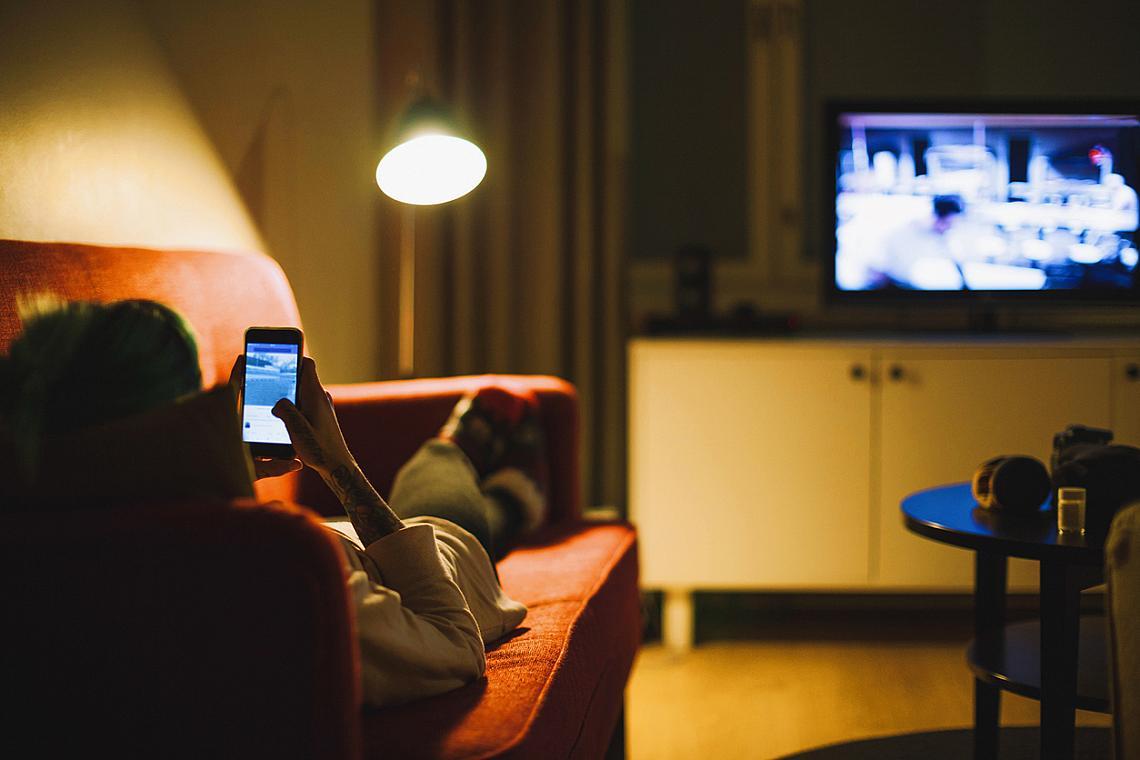 ... да се взирате до късно в екрани. Телефон, компютър, телевизор – синята светлина на електронните устройства ни привлича и... напряга. Тя забавя производството на мелатонина – хормона на съня. Директното лъчене на екрана стимулира очите и влияе на биологичния ни часовник. С течение на времето навикът да се взираме в електронните екрани води до влошено качество на съня с всички последствия за физическата и психическата форма през деня. Според последни проучвания на американски изследователи недостигът на мелатонин може да доведе до повишен риск от някои видове рак. Ако не можете без телефон и компютър до късно вечер, използвайте филтри, които блокират синята светлина на екраните им.