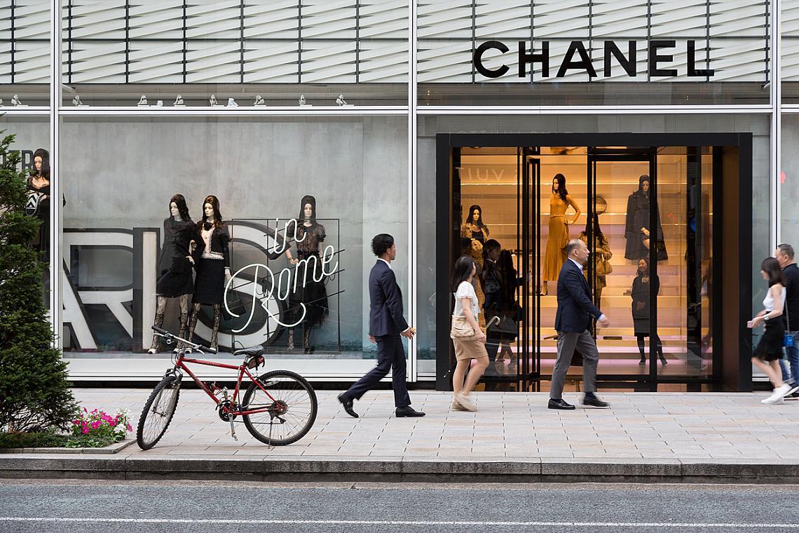 Париж отвъд Айфеловата кула!  Тъй като атмосферата във френската столица е омагьосваща, буквално на всеки ъгъл, ще трябва да подходите по-делово. Повечето луксозни бутици са концентрирани на Rue du Faubourg Saint-Honore и Avenue Montaigne. Най-скъпите и качествени обувки, чанти и кожени изделия се предлагат в магазините на Rue de Cherche-Midi и Rue de Grenelle. А най-впечатляващите бижута ще видите на витрините на Rue de La Paix. Но това са места, в които е скъпо. За шопинг търсете търговските центрове – като Galeries Lafayette и Printеmps. В първия ще намерите изгодно най-доброто от колекциите на Армани, Шанел, Джон Галиано, Жан-Пол Готие, Кристиан Лакроа. Плюс висококачествена козметика. В съседния Printamps присъстват Гучи, Ив Сен Лоран, Диор. Освен това всеки четвъртък в 10.00 там има модно ревю със свободен достъп. Маркови стоки на сравнително ниски цени ще откриете в La Samaritaine. Le Bon Marche Rive Gauche е не така широко рекламиран, както Lafayette и Printemps, но има дълга история и традиции и се слави със специалната си селективност по отношение на марки, продукти и клиентела. Деликатесният магазин на партера е истинска съкровищница от редки и иначе неоткриваеми продукти. Зоната Le Marais (Rue Sainte-Croix de la Bretonnerie) e характерна с малки, специфични магазинчета, в които освен винтидж облекла ще откриете и много местни дизайнерски дрехи.