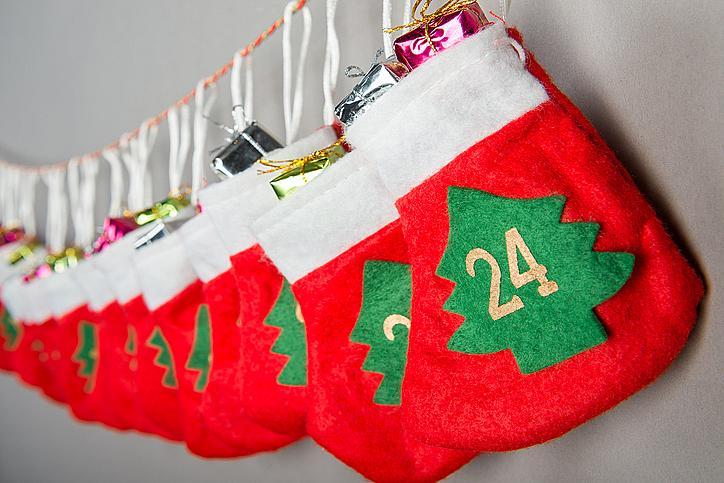 Купете коледни чорапи или торбички, номерирайте ги и ги закачете на стената. Разбира се, във всяко чорапче или торбичка трябва да има различна изненада.