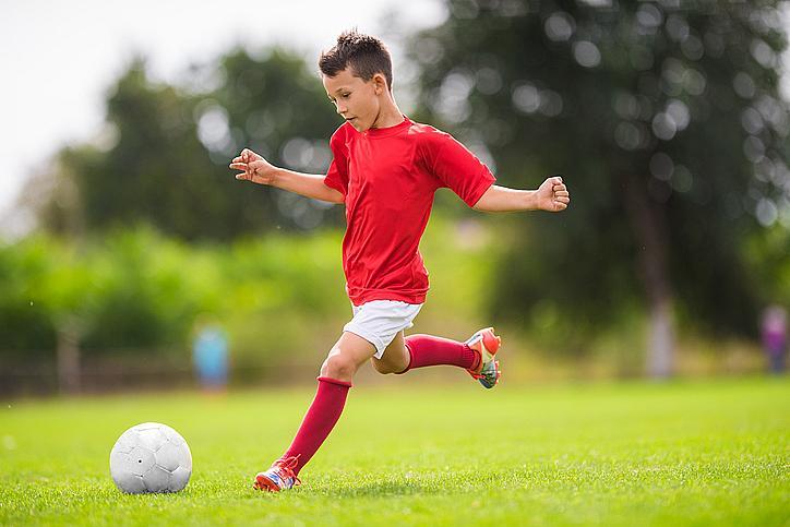 Футбол: развива точно око, координация, ловкост, ритмичност на движенията. Препоръчителна възраст за старт: 10-12 години.