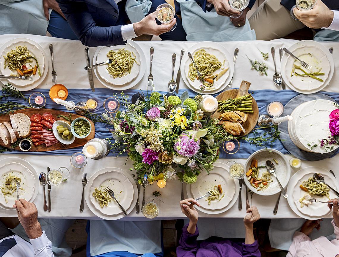 С големи, тежки прибори гостите се наслаждават повече на яденето.