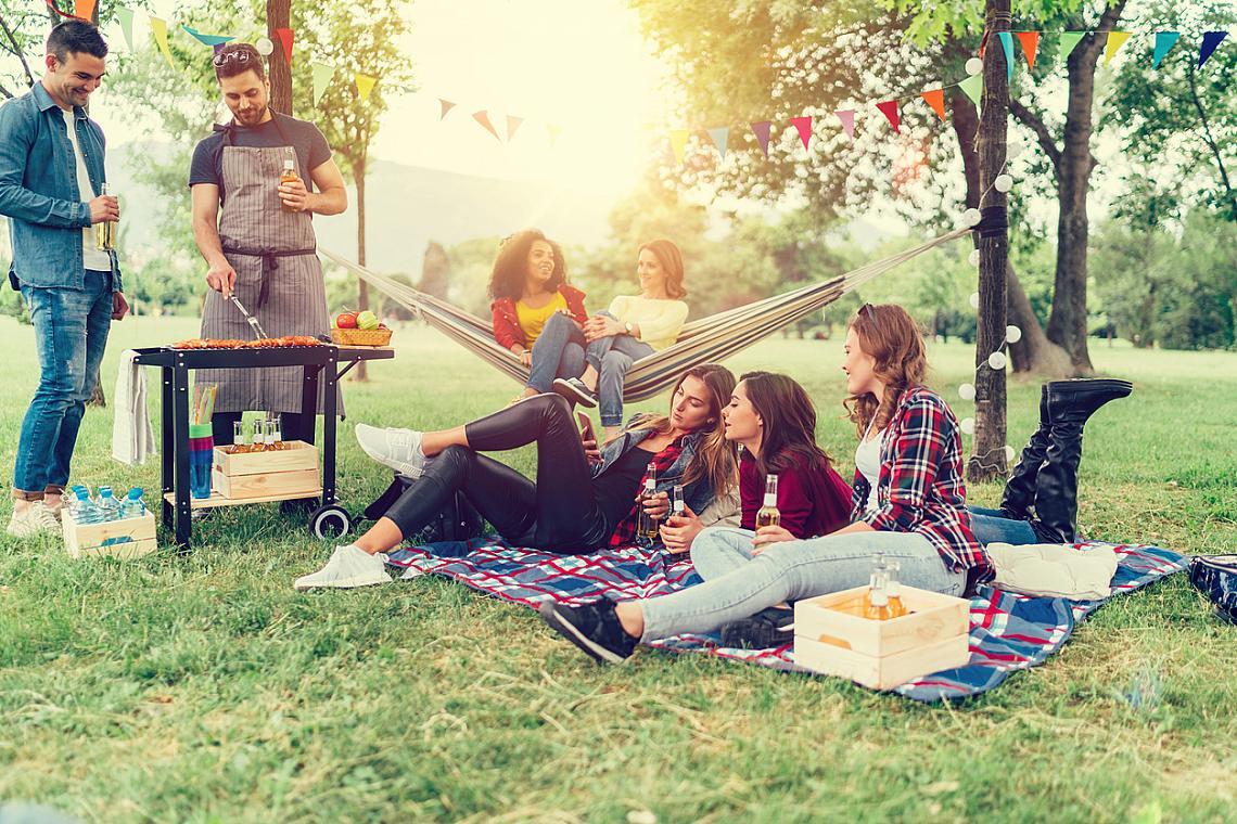 8. ПИКНИКЪТ и БАРБЕКЮТО с приятели– също! Напълнете кошницата с продукти от местния фермерски базар и не забравяйте одеялото. Колкото по-голямо, толкова повече приятели ще побере на плажа, в парка или в някоя градинка.