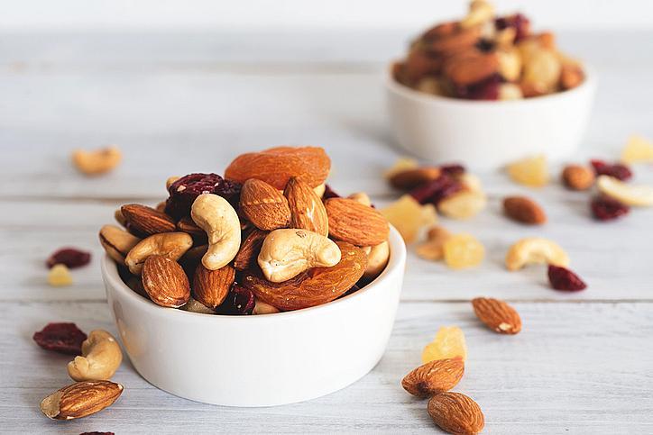 Сушени ядки и плодове – освен, че са много полезни, са и лесни за пренасяне. Ядките ще ви осигурят солидна доза протеини и мазнини, а плодовете ще ви дадат доза въглехидрати, за да заредите изхабената енергия по-бързо.