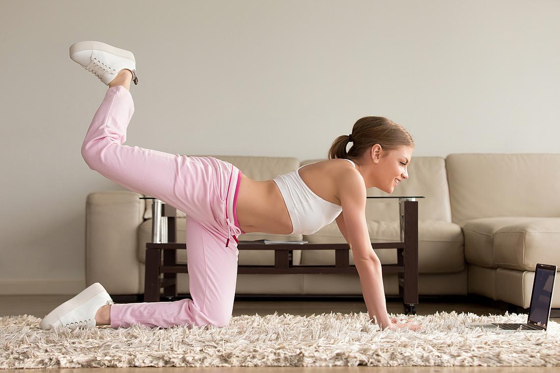 <p><strong><em>Глутеус ритник</em></strong></p><p>Застанете на длани и колене на пода. Тялото трябва да е с добра опора. Повдигнете максимално нагоре и назад единия крак, сгъвайки коляното.</p><ul><li>4 серии х 10 повторения</li></ul>