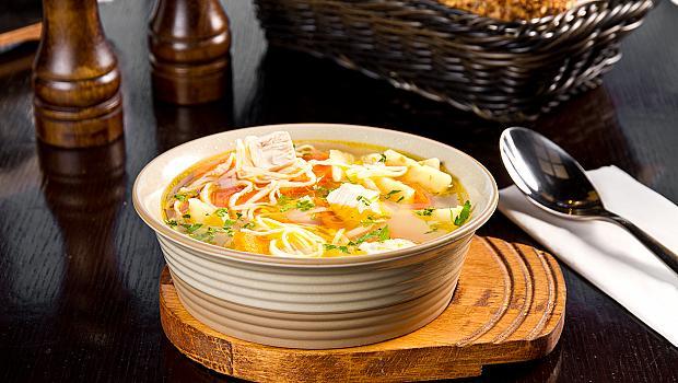 Пилешка супа с куркума за подсилване на имунната система