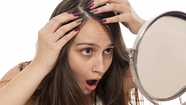 Сребро в косите: защо не бива да се скубят белите косъмчета