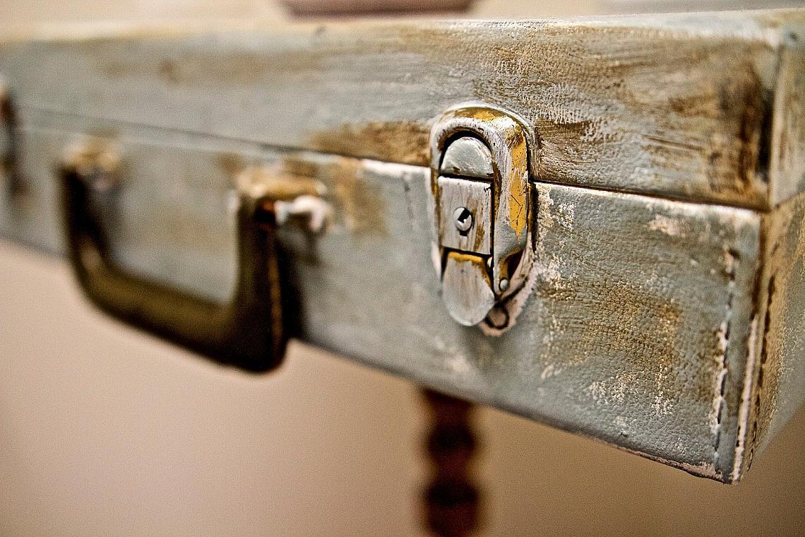 Старият куфар, който събира прах на тавана, се превръща в масичка за кафе. Само му монтирайте крачета.