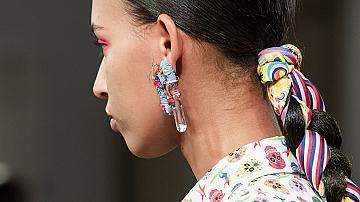 Шалове, диадеми, фиби и перли: аксесоарите, които ще красят косите ни