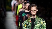Гумени кецове и копринени мини рокли в шоуто на Christopher Kane в Лондон