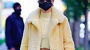 Палтото на 2020 г., което ще остане в историята - жълто и с гигантски ресни