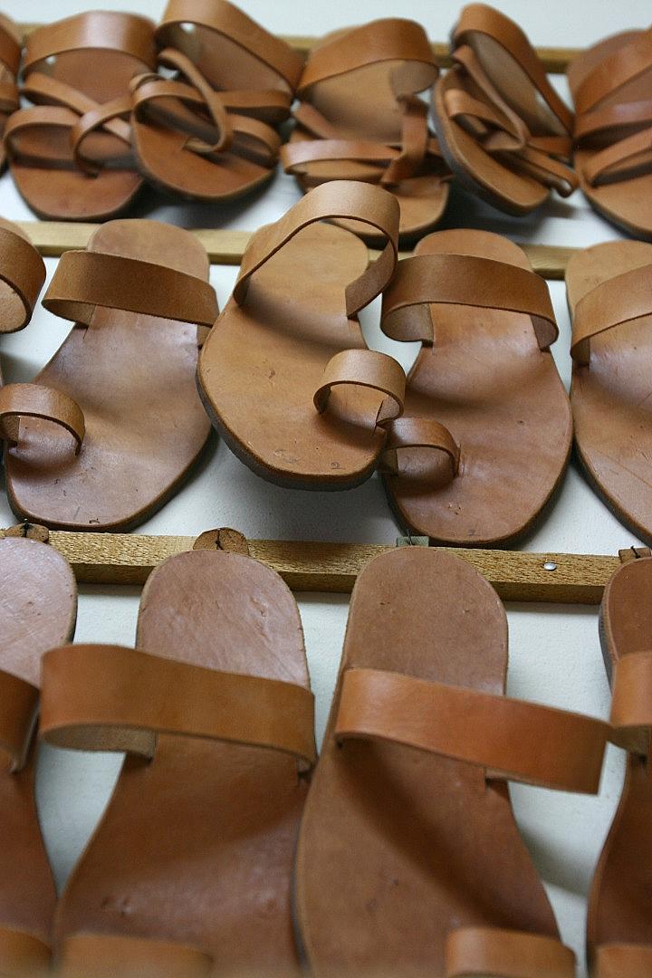 Ръчно изработените кожени сандали от остров Кос са нещо, което задължително трябва да вземете със себе си на тръгване оттук.