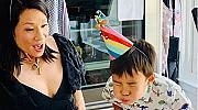 Луси Лиу показа рядка снимка на сина си