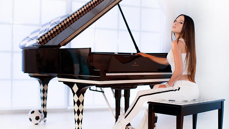 Най-красивата пианистка в света с видео поздрав към българските си фенове