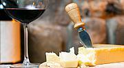 Любовният дует между сирене и вино