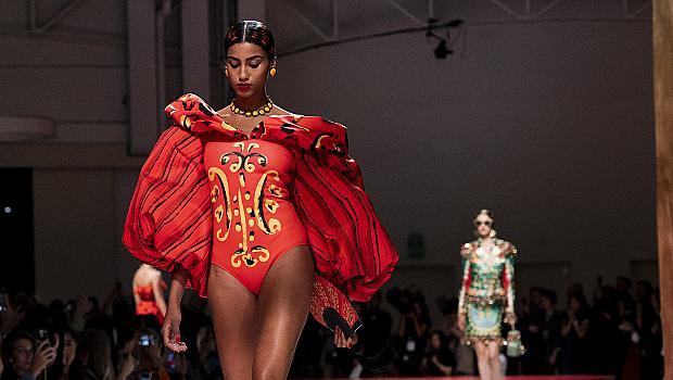 Код червено! 52 страстни визии от модния подиум, с които ще ни забележат