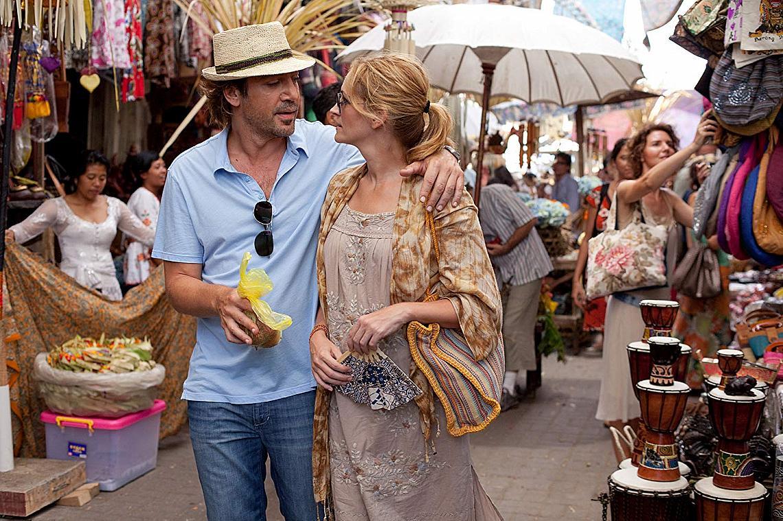 """""""ЯЖ, МОЛИ СЕ И ОБИЧАЙ"""" (2010)  Лиз, жена, току-що преминала през развод и през кратка и не много успешна връзка с доста по-млад от нея мъж, оставя живота си в САЩ и заминава. Наслаждава се на la dolce vita в Италия, прекарва време в индийски ашрам и намира лудата, цветна и безразсъдна любов на Бали... В крайна сметка за да се завърне към себе си."""