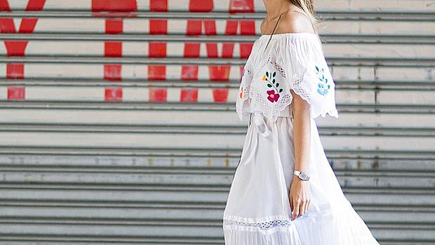 Стилна комбинация от рокля върху панталон