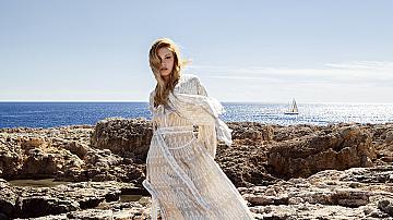 Романтиката на белия цвят край морския бряг