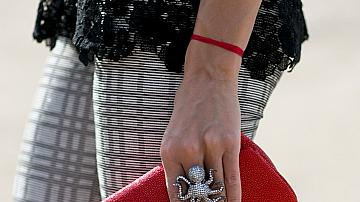 Street style с червени чанти