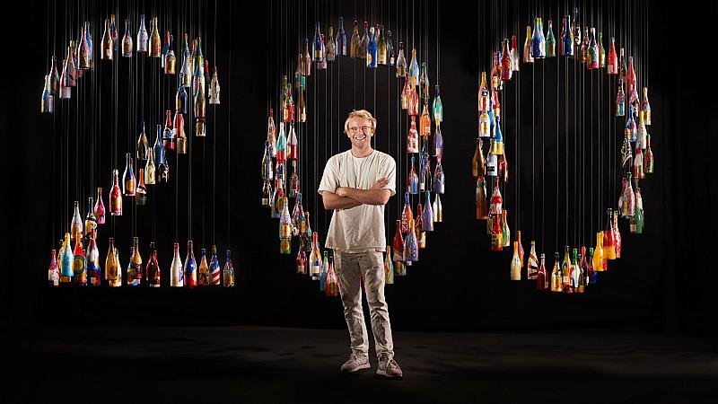 200 дестинации, пресъздадени в арт инсталация от 200 бутилки шампанско!