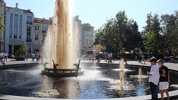 Майк Буше напълни фонтана в Пловдив с диетична кола