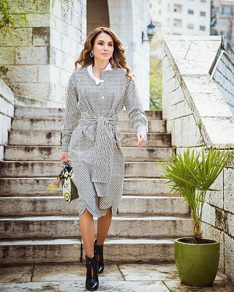 КРАЛИЦА РАНИЯ АЛ-АБДУЛА / @queenrania / Йорданската кралица Рания е световноизвестна персона. Както и Дина Абдулазис, тя е в списъка с най-стилните жени, които комбинират характеристиките в модата на Изтока и на Запада. За профила й в Instagram са абонирани повече от 3 милиона абонати.